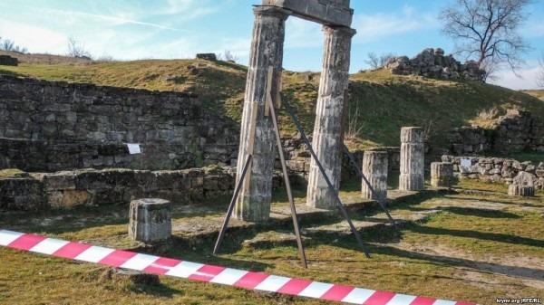 Античні колони на руїнах давньогрецького Пантікапея (сучасна Керч) спочатку сильно нахилилися, а згодом узагалі зникли, лютий 2019 р.