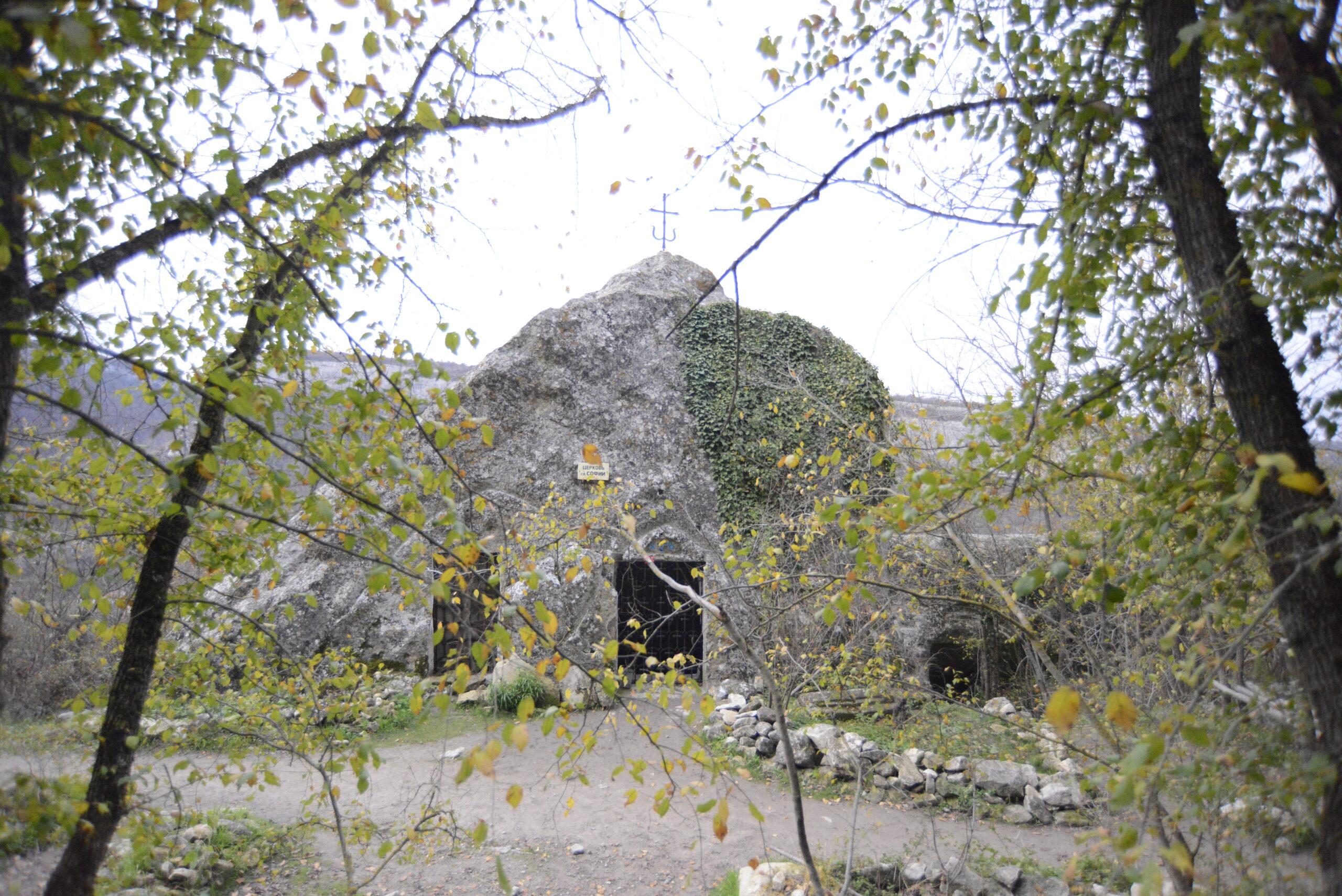 перший грот — храм святої Софії та виноробний комплекс із чавильнею вина;