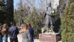 Laying flowers at the monument to Shevchenko, Yalta, March 9, 2017