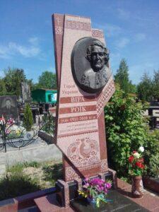Пам'ятник на могилі Віри Роїк в м. Сімферополі.